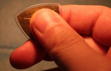 http://www.gitaradlapoczatkujacych.pl/images/trzymanie-piorka.jpg